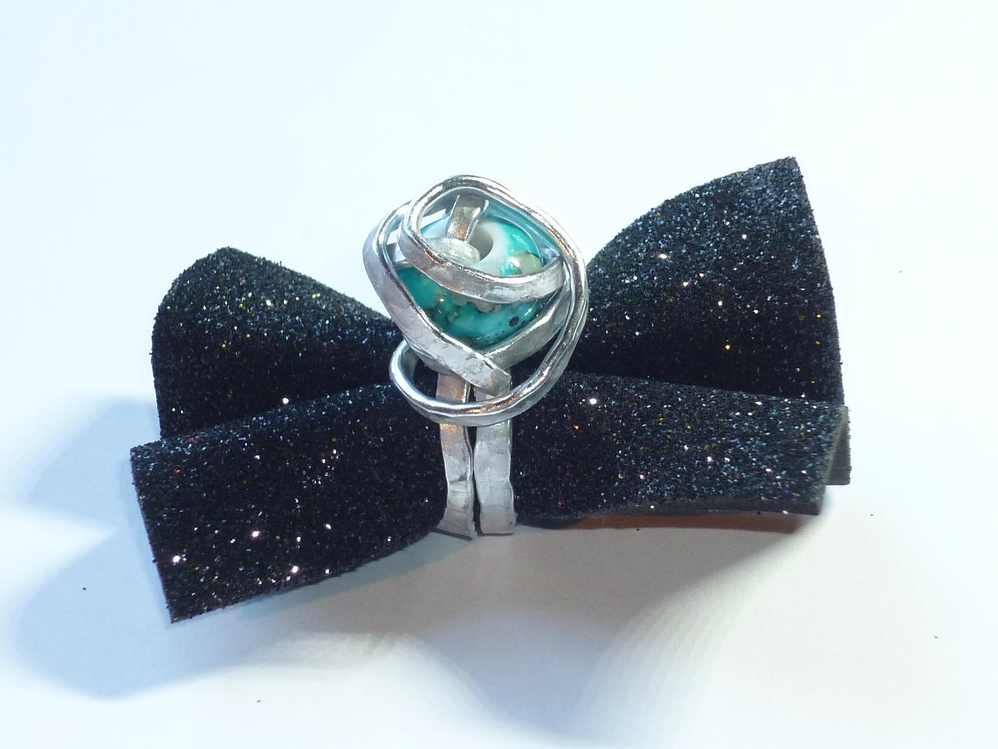 Anello onda azzurra, in alluminio martellato con perla azzurra